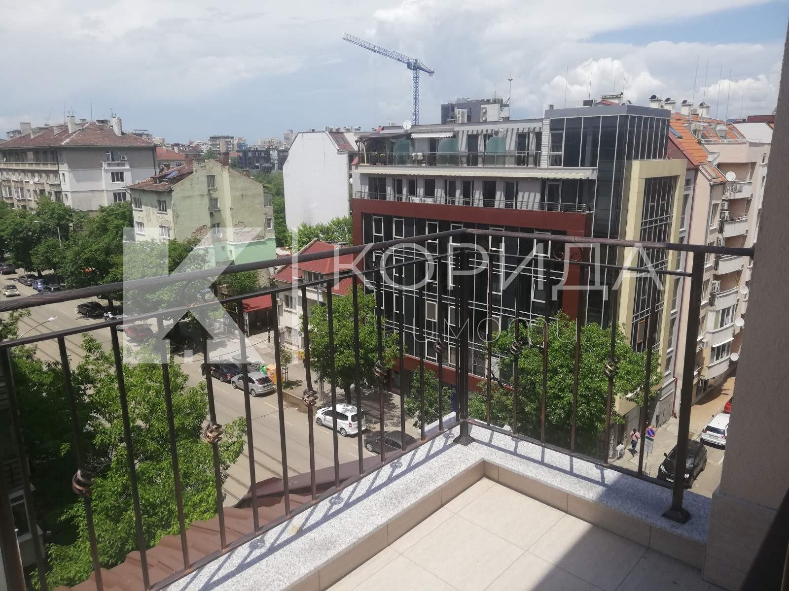 Артистичен 3-стаен апартамент на бул. Ал. Стамболийски